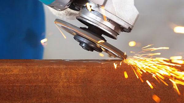 استخدام صاروخ الجلخ في ورشة الحدادة