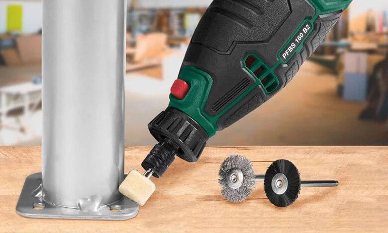 عرض المثقاب الكهربائي الصغير خلال تنظيف الهيكل المعدني بواسطة رأس الفرشاة بالاضافة الى عرض ملحقات اخرى