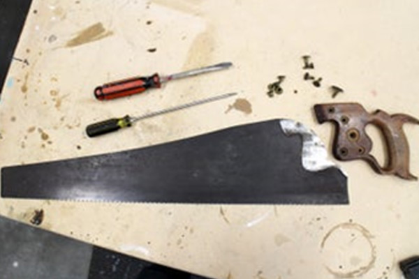 Handsaw's handle disassembly