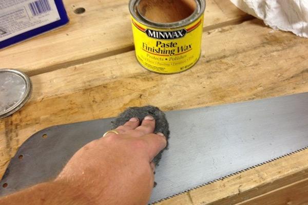 Polishing the handsaw blade